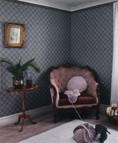 Från Tapetorama - Skandinaviens största onlinebutik för tapet och tyger. Tyger, Antique Sofa, Cosy Corner, Swedish House, Sofas, Accent Chairs, House Design, Living Room, Interior Design