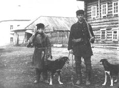 Отец с сыном перед охотой. Вятская губ., Глазовский у. 1907