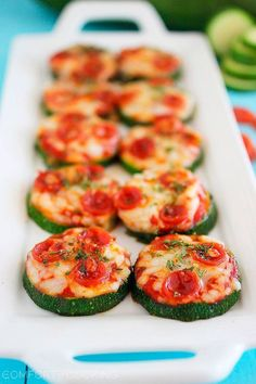 Zucchini Pizza Bites with Zucchini Nonstick Spray Kosher Salt Cracked Black Pepper Marinara Sauce Part-Skim Mozzarella Pepperoni Italian Seasoning. How To Cook Zucchini, Healthy Zucchini, Easy Healthy Recipes, Healthy Snacks, Free Recipes, Keto Snacks, Healthy Pizza, Pizza Recipes, Eat Healthy