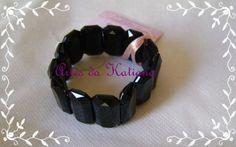 Pulseira elástica com peças de acrílico facetado na cor preto. R$15,00