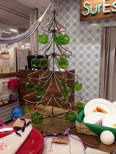 Árbol de Navidad con esferas cuadradas. Muy original.