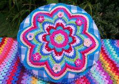 REDONDO CROCHET almohadilla, cojín de ganchillo, ganchillo colorido cojín, cojín de ganchillo Flor, crochet Granny cojín, Crochet por Kerry Jayne