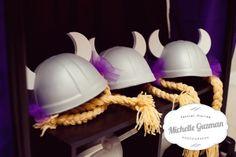 Lembranças: meninas - tranças e meninos - chapéu dos homens do bar. Festa da Rapunzel