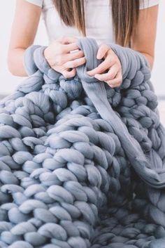 "This is how you ""knit"" a cozy blanket in just 45 minutes!- So ""strickst"" du dir eine Kuscheldecke in nur 45 Minuten! It& totally easy with arm knitting. InStyle shows how arm knitting works. Knitting Blogs, Arm Knitting, Knitting For Beginners, Knitting Stitches, Knitting Needles, Knitting Projects, Knitting Patterns, Knitting Ideas, Cozy Blankets"