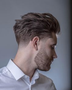 These new hairstyles for men to try in 2018 range from classic to bold and short to long. Try a textured crop, spikes, quiff, pompadour or other retro styles. There are also cool hair designs, shaved lines and neckline shapes to set you apart from the cro Hairstyles Haircuts, Haircuts For Men, Trendy Hairstyles, Classic Mens Hairstyles, Men Hairstyle Short, Pompadour Hairstyle, Modern Haircuts, Professional Hairstyles, Wedding Hairstyles