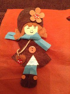 Broche muñequita marrón