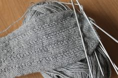 Very nice simple pattern mom full time: socks – socken stricken Knitting Stitches, Knitting Socks, Knitting Patterns, How To Wear Ankle Boots, Patterned Socks, Diy Fashion, Free Pattern, Simple Pattern, Stitch Patterns