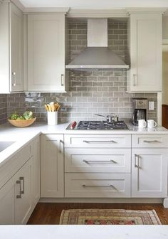 kitchen backsplash Want to create the kitchen of your dreams? How about you try the Scandinavian style? In this article we show you 25 beautiful Scandinavian kitchen designs, as wel White Kitchen Cabinets, Kitchen Redo, Home Decor Kitchen, Home Kitchens, Kitchen Dining, Kitchen Ideas, Kitchen Cabinetry, Small Kitchen Backsplash, Kitchen Inspiration