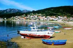 barcas en la playa de Aldán, la localidad que da nombre a la ría que surca la península de Morrazo, en Pontevedra.