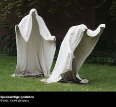 Outdoor Halloween decorations are getting more and more popular each year. Annually, you can find increasingly more of these outdoor Halloween decorat. Cement Art, Concrete Crafts, Concrete Projects, Concrete Art, Holidays Halloween, Halloween Crafts, Manualidades Halloween, Outdoor Halloween, Halloween Lawn