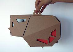 Американский дизайнер Samantha Spaeth разработала уникальную, многогранную конструкцию коробки для упаковки двух ракеток и мячиков для игры в Ping Pong. Коробка изготовлена из трехслойного гофрокартона, у нее есть ручка, две откидные крышки — одна для мячиков, другая для ракеток, в них (крышках) есть отверстия-окошки.  http://am.antech.ru/nk39