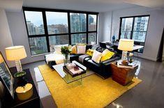 Wohnzimmer Farbgestaltung – Grau und Gelb - Wohnzimmer Farbgestaltung stadtwohnung teppich gelb stehlampe