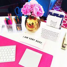 Inspirational little desk area | escritório, flores, feminino, decoração, rosa, branco, trabalho, mesa, dourado | home office, decor, pink, white, off white,