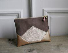 - Pochette en suédine, simili cuir et tissus à paillettes - Couleurs : marron taupe et doré - Paillettes : dorées - Doublure en coton taupe...