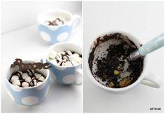 S'mores sind normalerweise geschmolzene Marshmallows zwischen zwei Keksen, oft auch noch mit Schokolade überzogen. Hier kommt die schnelle Version als Tassenkuchen für die Mikrowelle. Na dann… lasst es Euch schmecken – hierkommt das Rezept:   Für 4S'mores Tassenkuchen brauchst...