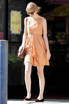 I love Taylor's pearls here. Adds great old-world charm to the outfit!