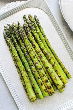 SPARANGHEL GĂTIT ÎN 3 MODURI   Rețetă + Video - Valerie's Food Lunch Recipes, Cooking Recipes, Tasty, Yummy Food, Asparagus, Food And Drink, Vegetables, Smoothie, Fine Dining