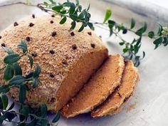 Maukkaasta kylmäsavutofusta syntyy joulupöytään mehevä vegekinkku, joka maistuu myös lihansyöjille.
