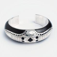 Brățară tuaregă unicat Arakao, argint și lemn de abanos, Niger #metaphora #bangle #bracelet #silver #ebony #tuaregjewelry Bracelets, Silver, Jewellery, Fashion, Moda, Jewels, Fashion Styles, Schmuck, Bracelet