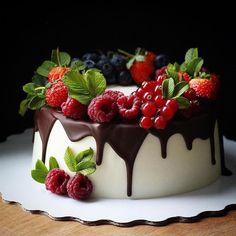 Hot Chocolate Sauce, Cooking Chocolate, Chocolate Recipes, Chocolate Cherry, Latest Cake Design, Fruit Birthday Cake, Berry Cake, Cupcakes, Dessert Decoration