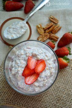 Aprende a preparar la versión de desayuno saludable de las fresas con crema. La preparas una noche antes y al día siguiente solo sirves, no tienes que cocinar nada.
