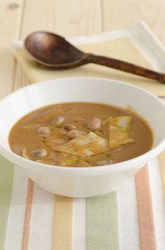 Pasta e fagioli, tipica ricetta italiana,  con pomodoro, maltagliati al rosmarino e pecorino.