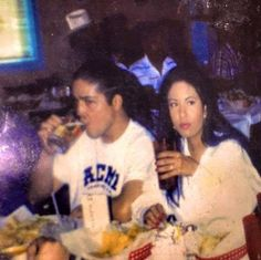 Selena Quintanilla Perez with her husband Chris Perez eating together as a family ❤️ Selena Quintanilla Perez, Selena Mexican, Selena And Chris Perez, Divas, Selena Selena, Selena Pics, Selena Pictures, Role Models, Couple Goals