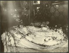 The Strangest Tradition of the Victorian Era: Post-Mortem Photography Victorian Photos, Victorian Era, Dark Side, Old Photos, Vintage Photos, Post Mortem Pictures, Post Mortem Photography, Momento Mori, After Life