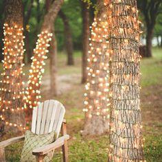 Des guirlandes lumineuses dans les arbres - Marie Claire Idées