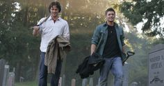 Jensen Ackles and Jared Padalecki as Dean and Sam Winchester in Supernatural (Children Shouldn't Play With Dead Things) Castiel, Gifs Supernatural, Wallpapers Supernatural, Supernatural Pictures, Supernatural Seasons, Sam Winchester, Winchester Brothers, Jensen Ackles, Supernatural