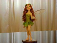 Fada feita totalmente a mão em biscuit. email: fabianodenovais@gmail.com R$ 110,00