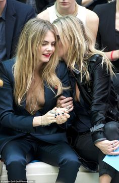 Cara Delevingne holds hands with Kate Moss at the Burberry show She recently revealed that she has always admired Kate Moss. Cara Delevingne Photoshoot, Cara Delevigne, Kate Moss, Ashley Benson, Platinum Blonde Hair, Elle Fanning, Girls In Love, Beautiful Celebrities, Sexy Women