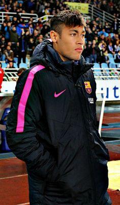 Neymar da Silva Santos Júnior, mejor conocido como Neymar o Neymar Jr., es un futbolista brasileño que juega como delantero en el Fútbol Club Barcelona de la Primera División de España