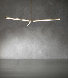 Light 4 - lampada a sospensione di Michael Anastassiades  Inghilterra, 2013   Edizione Nilufar, serie limitata di 36 esemplari, 6 prove d'artista   La struttura può essere in ottone lucido o patinato, luci LED Linestra    d 220 cm - h regolabile     l braccio 104 cm