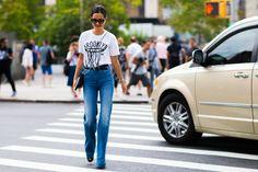 Camiseta + jeans perna larga.