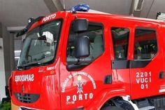 A fachada de um edifício na Travessa Fernão Magalhães, centro do Porto, ruiu sobre o prédio vizinho, onde se encontrava uma moradora.