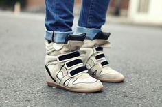 ¿Qué te parece este tipo de zapatos? Son favoritos internacionales, pero así como hay modelos espectaculares, algunos otros se van de tema! Es delicado esto de combinar zapatillas deportivas con tacos altos...