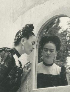 Frida Kahlo and Diego Rivera, 1940 - Photos - Rare intimate photos of Frida Kahlo by legendary photographers Diego Rivera, Louise Damas, Fridah Kahlo, Frida Kahlo Portraits, Kahlo Paintings, Frida And Diego, Frida Art, Intimate Photos, Photo D Art