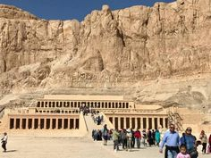 Die gids beduie en ons voel aan die binnekant. Dit is seepglad afgewerk. Op die buitekant is die koning se naam in hiërogliewe. Dit is asof ons 2000 jaar terug in tyd is.