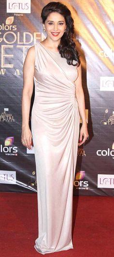 Madhuri dixit on award show in beautiful saree Bollywood Stars, Bollywood Fashion, Bollywood Celebrities, Bollywood Actress, Madhuri Dixit Saree, Stylish Sarees, Beautiful Hijab, Beautiful Indian Actress, India Beauty