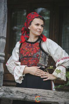 Portul popular din zona Bistrița – Etnotique Folk Costume, Costumes, Traditional, Folklore, Floral, Handmade, Country, Amazing, Women