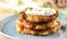 Variations of potato pancakes are extremely popular in many parts of the world, including the United States. Now, you can make them at home with this simple recipe for German potato pancakes. Side Recipes, Raw Food Recipes, Cooking Recipes, German Food Recipes, Scottish Recipes, Fried Potato Patty, Pancakes Recipe Video, German Appetizers, German Potato Pancakes