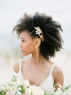 The in today's elopement shoot is total beauty goals! She's got the whole beachy summer glow thing happening. and just wait until… Afro Wedding Hairstyles, Wedding Hairstyle Images, Indian Hairstyles, Hairdos, Natural Hair Wedding, Wedding Beauty, Bridal Beauty, Wedding Makeup, Dream Wedding