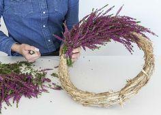 Vikle lyngen godt fast rundt halmringen med ståltråd på rull. Du bestemmer selv tykkelsen på kransen. Dried Flower Wreaths, Dried Flowers, Diy Wreath, Grapevine Wreath, Autumn Crafts, Rustic Decor, Decoupage, Diy And Crafts, Decoration