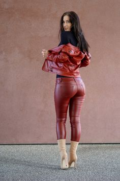 the red wall Vinyl Clothing, Leder Outfits, Editorial Fashion, Fashion Shoot, Leather Fashion, Sexy Outfits, Leather Pants, Womens Fashion, Girls