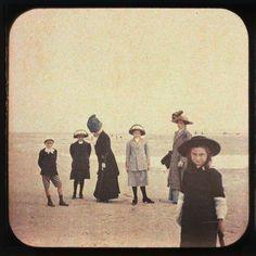 """""""At the Beach"""", Autochromes Lumière stéréoscopiques~ Image via Éditions Sur la Banquise"""
