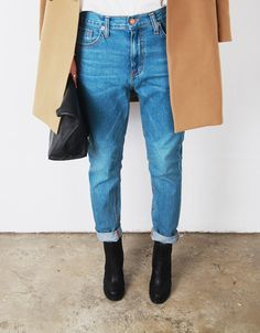 Camel coat and boyfriend jeans. Jeans Boyfriend, Mom Jeans, Denim Coat, Trouser Jeans, Facon, Simple Outfits, Casual Outfits, Jean Outfits, Look Fashion