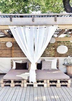 Grand lit en palette sur une terrasse en extérieur http://www.homelisty.com/lit-en-palette/