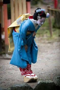 "oiran-geisha: ""The maiko Mamefuji looking something. For a anon :D (Source) "" Geisha Japan, Geisha Art, Kyoto Japan, Okinawa Japan, Japanese Beauty, Japanese Girl, Asian Beauty, Afrique Art, Art Japonais"