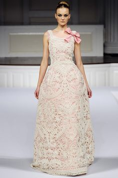 Oscar de la Renta pink and white wedding gown   Keywords: #oscardelarentaweddinggowns #jevelweddingplanning Follow Us: www.jevelweddingplanning.com  www.facebook.com/jevelweddingplanning/